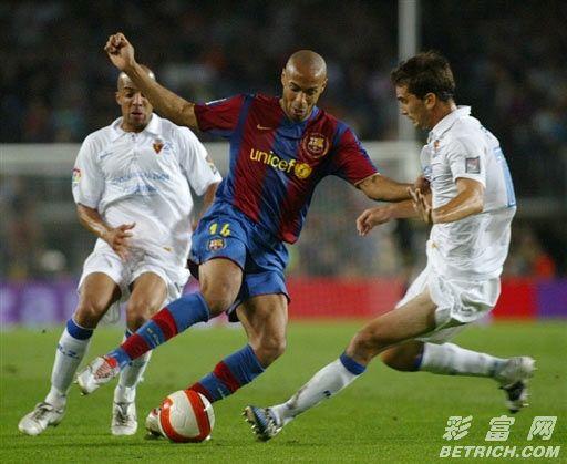 巴塞罗那VS萨拉戈萨 亨利试图突破对手